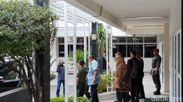 SBY menjenguk Wiranto di RSPAD