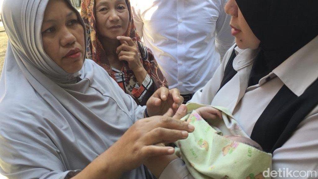 Bayi Perempuan Berbungkus Kresek Dibuang di Pinggir Selokan Makassar