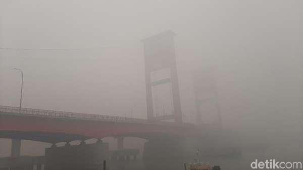 Palembang Diselimuti Kabut Asap Pekat, Begini Respons Gubernur Sumsel