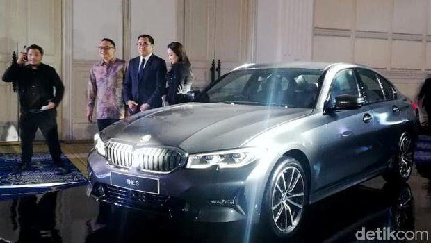 BMW Group Indonesia memperkenalkan varian kedua Seri 3 terbaru, yaitu BMW 320i Sport.