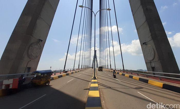 Jembatan Barelang yang berada di Kota batam mulai dibangun dari tahun 1992 hingga 1998.