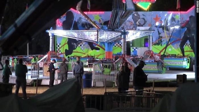 Situasi di lokasi usai insiden bocah terlempar dari wahana taman hiburan (Alex Cohen via CNN)
