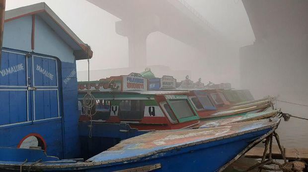 Pekatnya kabut asap terlihat saat mata memandang dari bundaran air mancur ke arah stasiun dan Jembatan Ampera.