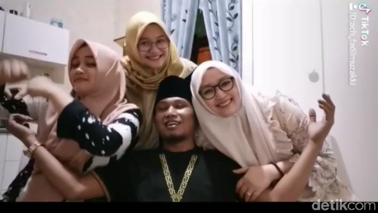 Lora Fadil bersama tiga istrinya. Foto: Tangkapan Layar