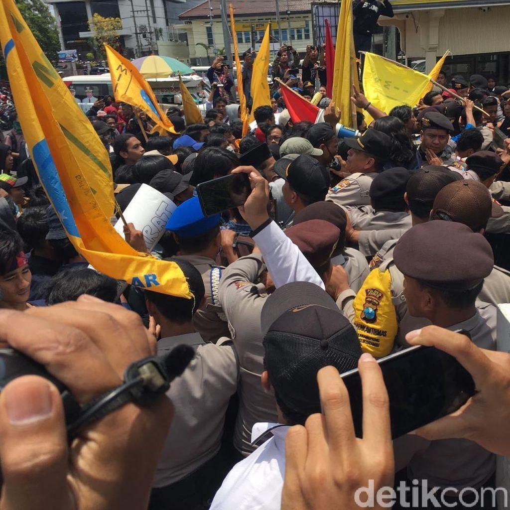 Demo Mahasiswa di Jember Sempat Ricuh, Pintu Gerbang Kantor Pemkab Jebol