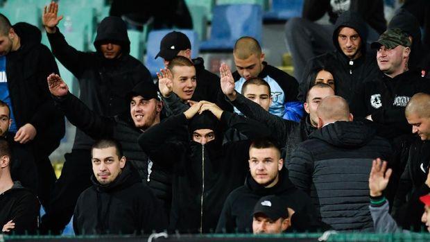Para fan Bulgaria memperlihatkan hormat nazi saat laga melawan Inggris. (