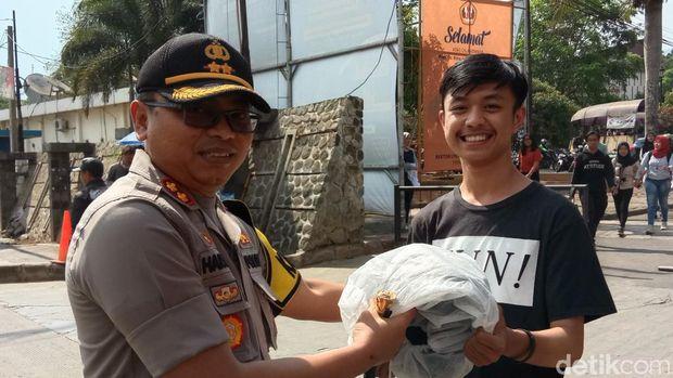 Bagikan Ratusan Helm di Unpad, Kapolres Sumedang: Biar Mahasiswa Tertib