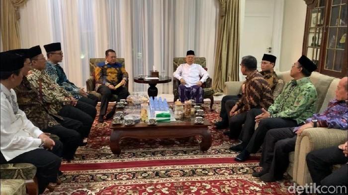 Pimpinan MPR sambangi kediaman Wapres terpilih Maruf Amin. (Tsarina/detikcom)