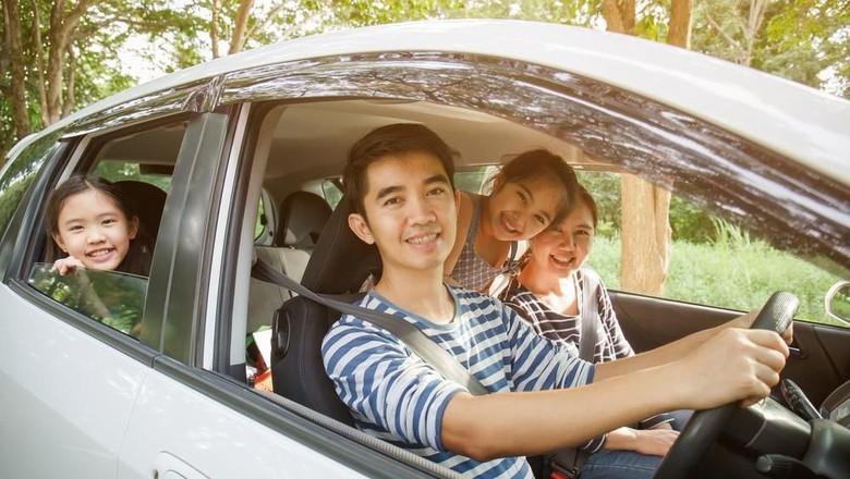 Ilustrasi mobil keluarga