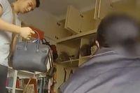 Ibu Ini Dikuntit Polisi Karena Pakai Tas Branded Belanja Daging dan Sayur