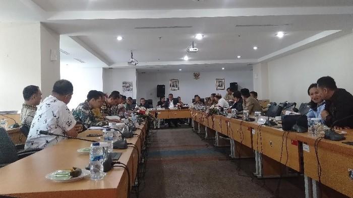 Foto: Pimpinan DPRD DKI Jakarta bersama fraksi-fraksi mengadakan rapat pembahasan alat kelengkapan dewan (AKD). (Arief/detikcom)