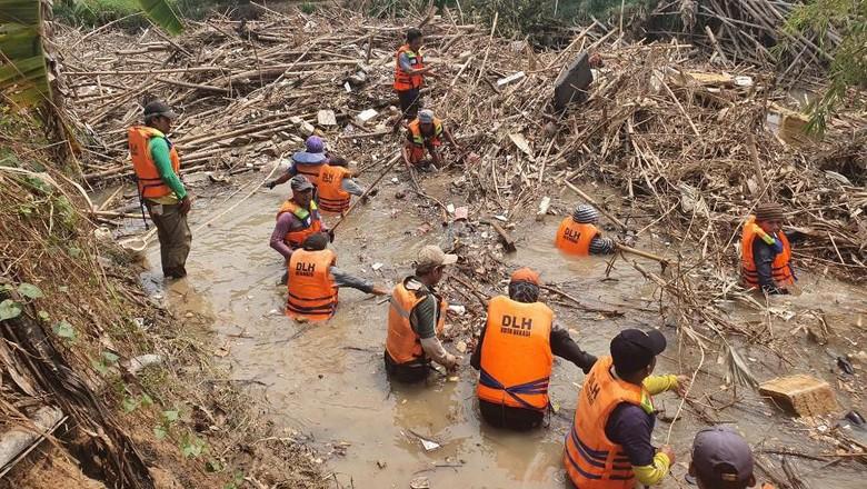 Puluhan Petugas Gabungan Bersihkan Sampah Bambu di Kali Cikeas Bekasi
