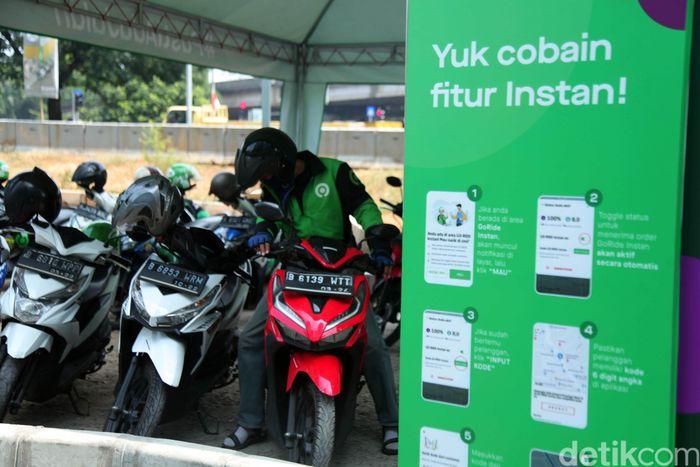 PT Mass Rapid Transit (MRT) Jakarta kini menyediakan Layanan Transportasi Online Instan di Transit Plaza Lebak Bulus. Lokasinya tepat di depan Poins Square yang dulunya digunakan sebagai lokasi kantor lapangan PT MRT Jakarta.