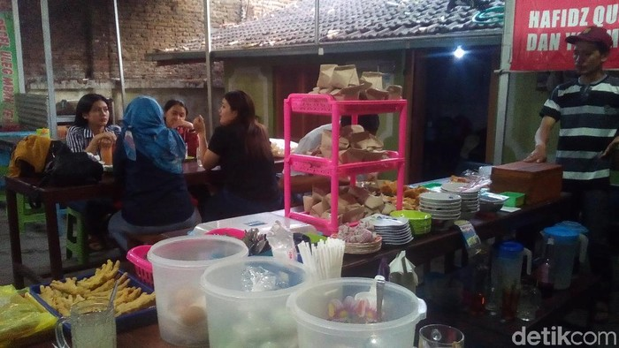 Penghafal Alquran dan anak yatim-piatu boleh makan gratis di warung Takashimura, Kudus, Selasa (15/10/2019). (Akrom Hazami/detikcom)