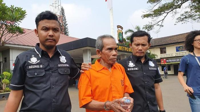 Pelaku penusukan di Bekasi ditangkap polisi. (Isal Mawardi/detikcom)