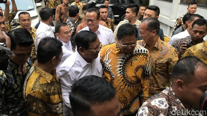 Ketum Gerindra Prabowo Subianto menemui Ketum Golkar Airlangga Hartato di kantor DPP Partai Golkar. (Rolando/detikcom)