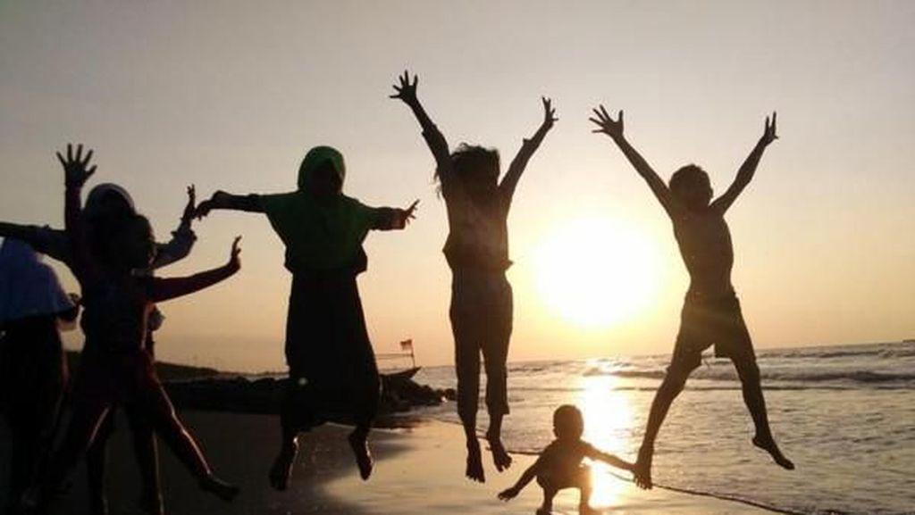 Ada Keriaan Saat Senja di Pantai Pulo Kodok