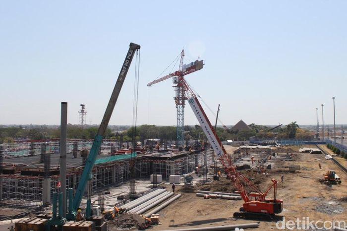 Pekerjaan perluasan dan pembenahan interior Terminal Satu (T1) tahap I beserta fasilitas penunjangnya di Bandar Udara Internasional Juanda terus berlangsung. Pekerjaan ini telah dimulai sejak bulan Juli lalu, dan sesuai kontrak pekerjaan akan selesai pada bulan Agustus 2020.