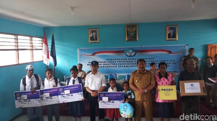 Mendikbud Bagikan KIP ke 1.030 Siswa di Wamena (Foto: Farih/detikcom)