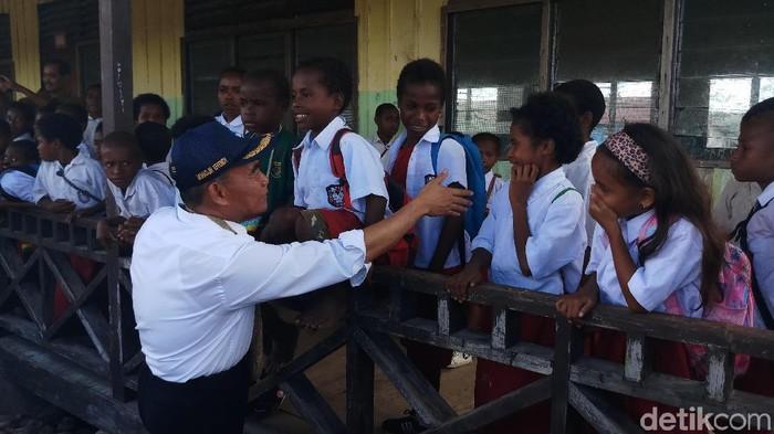 Mendikbud bersama siswa di Nduga. (Foto: Farih/detikcom)
