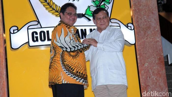 Ketum Gerindra Prabowo Subianto bertandang ke DPP Golkar di Jl Anggrek Neli Murni, Jakarta Barat, Selasa (15/10/2019). Ia melakukan pertemuan dengan Ketum Golkar Airlangga Hartarto.