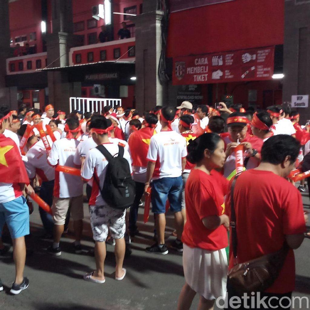 Suporter Vietnam yang Percaya Diri di Stadion Kapten I Wayan Dipta