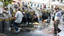 Water Cannon Bubarkan Unjuk Rasa di Depan Balai Kota Malang