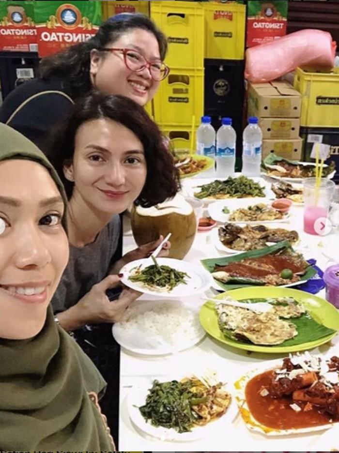 Melalui laman instagram pribadinya, Wanda Hamidah sering membagikan momen kulinerannya bersama teman dan keluarganya. Seperti pada foto yang satu ini, ia makan bersama sahabat di Singapura. Foto: Instagram @wanda_hamidah