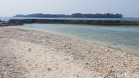 Di sekeliling Pulau Bulat, ada semacam tanggul batu yang bisa memecah ombak besar. Jadi wisatawan bisa santai berenang di area pantainya (Kurnia/detikcom)