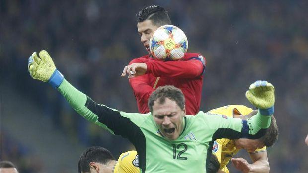 Cristiano Ronaldo sempat kesulitan membobol gawang Ukraina dari permainan terbuka.