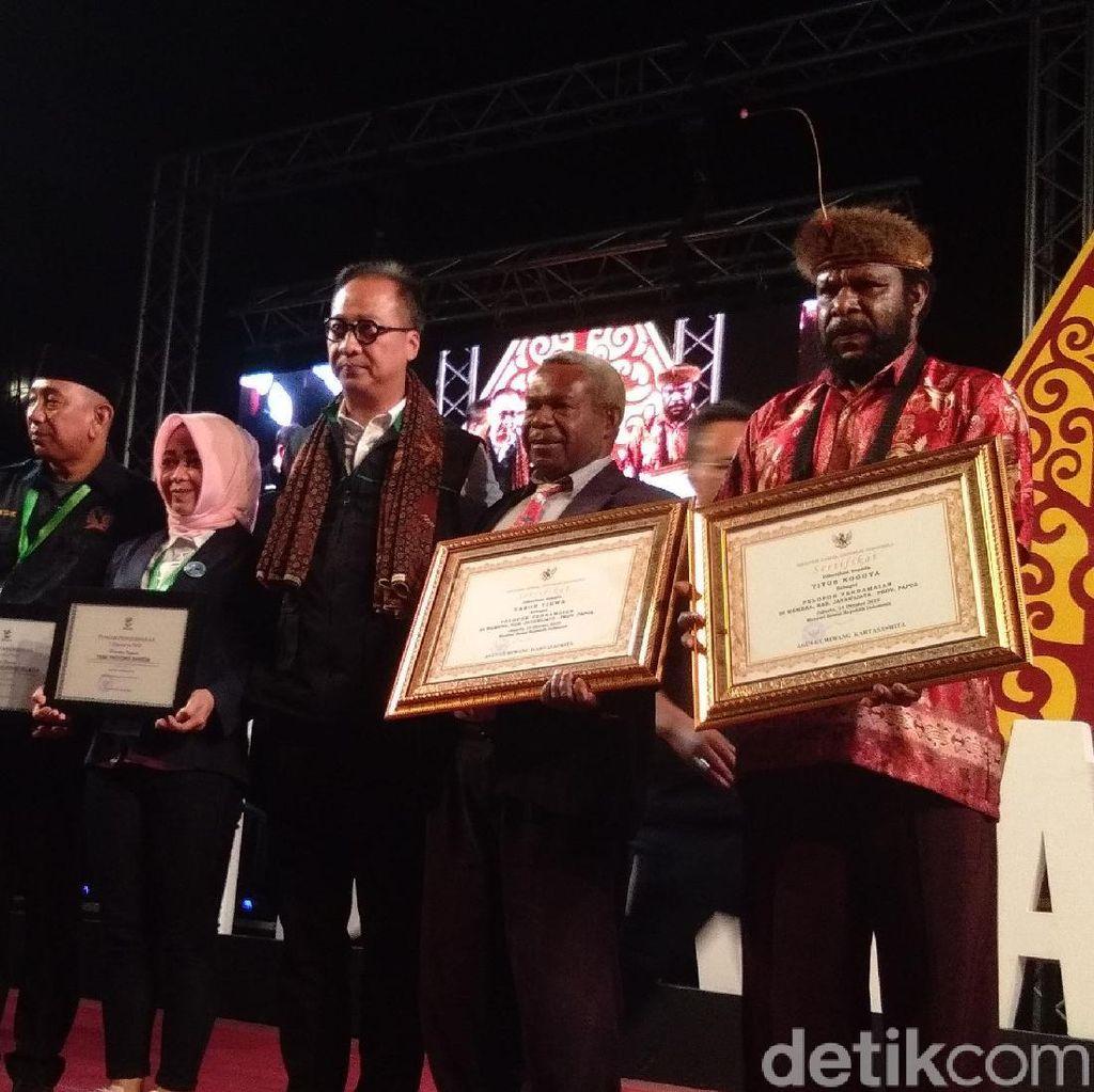 2 Tokoh Papua Terima Penghargaan Pelopor Perdamaian dari Mensos