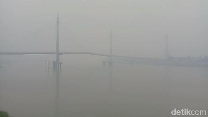 Foto: Jembatan Gentala Arasy Nyaris Hilang dari pandangan akibat kabut asap (Ferdi-detik)