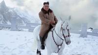 Para pengamat menilai foto Kim Jong-Un sedang berkuda itu menyimbolkan pesan menantang terhadap sanksi-sanksi dan tekanan internasional terhadap program senjata nuklir dan rudal balistiknya. Ini menandai Korut mulai menetapkan harapan baru tentang arah kebijakan untuk tahun 2020. Foto: Korean Central News Agency/Korea News Service via AP