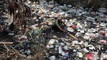 Lautan Sampah Masih Memenuhi Kali Bahagia di Bekasi