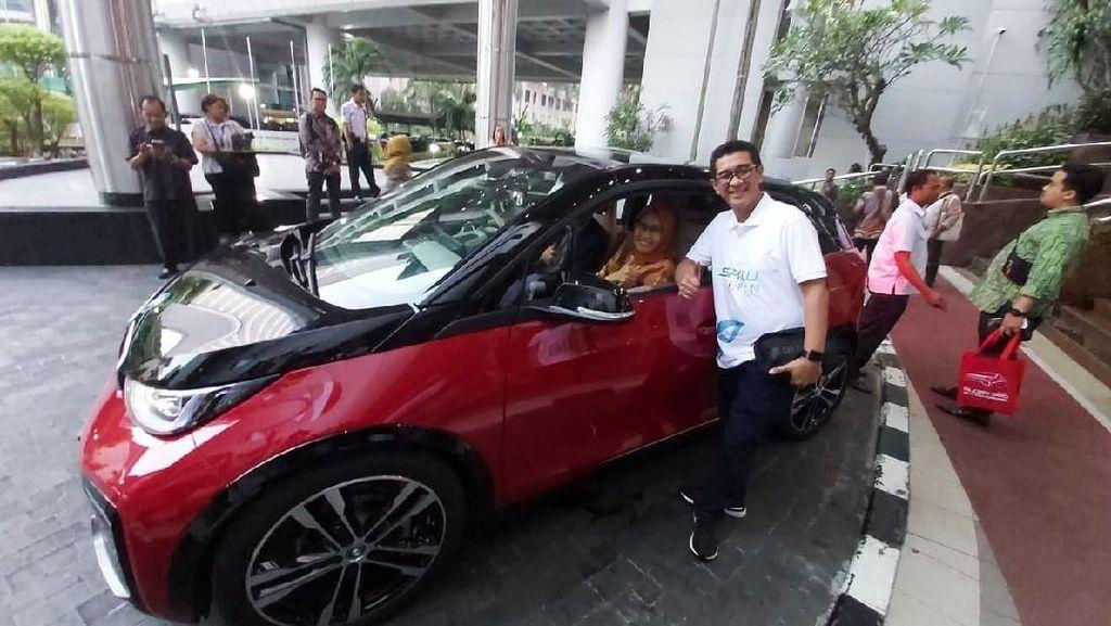 Luhut Ingin PNS Pakai Kendaraan Dinas Listrik di Tahun 2021