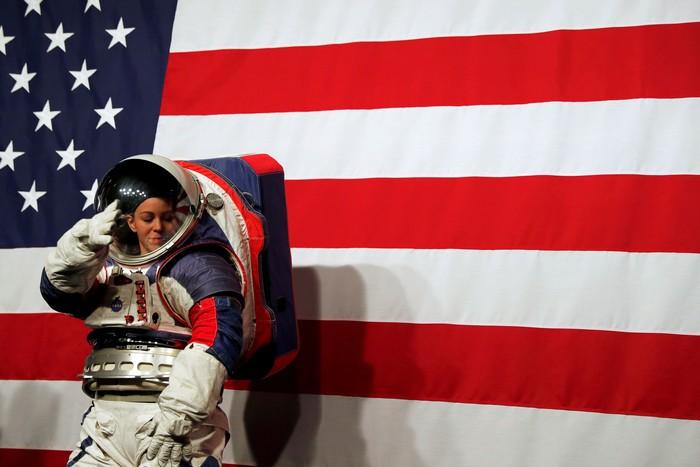 Kostum baru untuk ke Bulan. Foto: Reuters