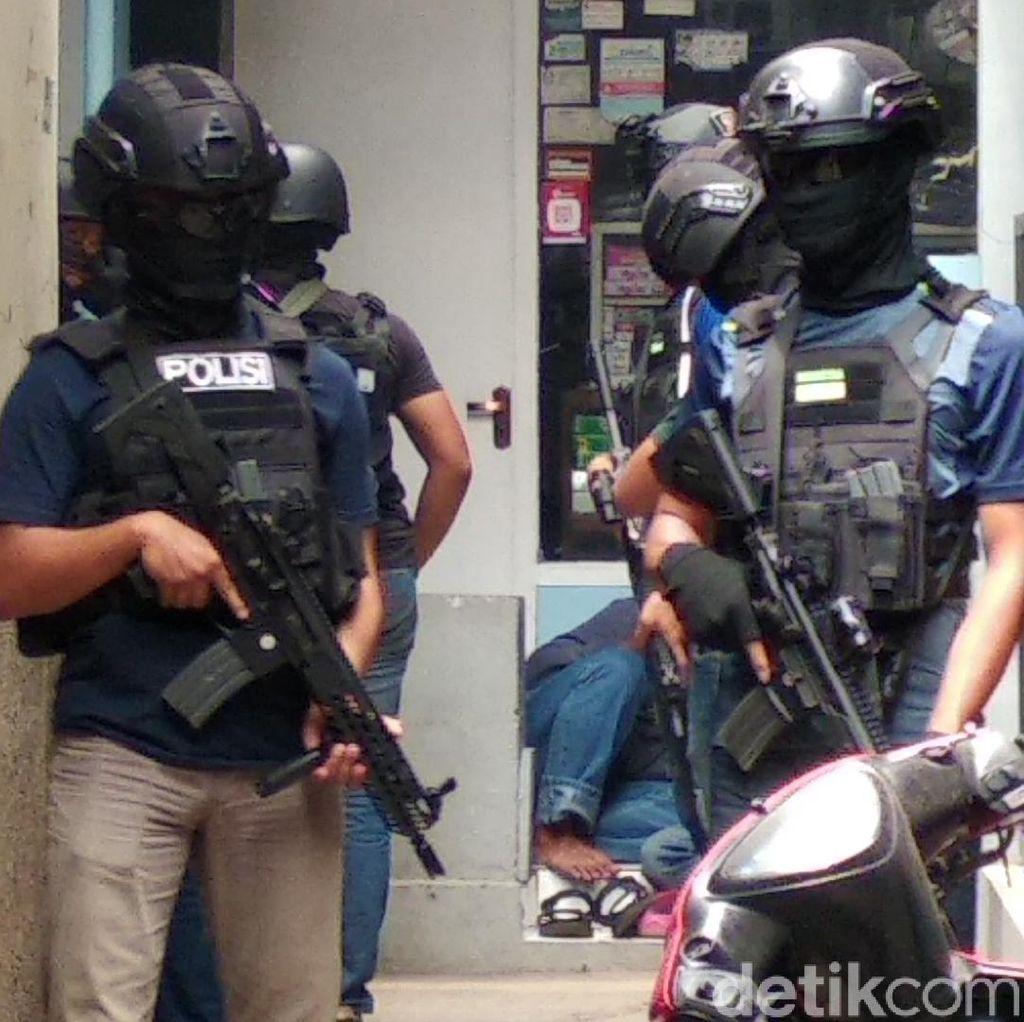 Densus 88 Kembali Geledah Sebuah Rumah di Bandung