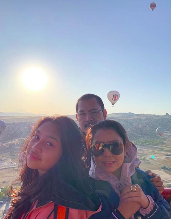 Momen kebersamaan Mayangsari bersama suami dan anak semata wayangnya saat naik balon udara. Cantik! (mayangsaritrihatmodjoreal/Instagram)
