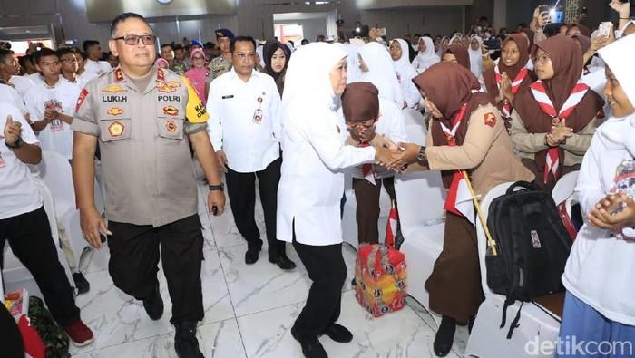 Gubernur Khofifah bersalaman dengan pelajar/Foto: Hilda Meilisa Rinanda