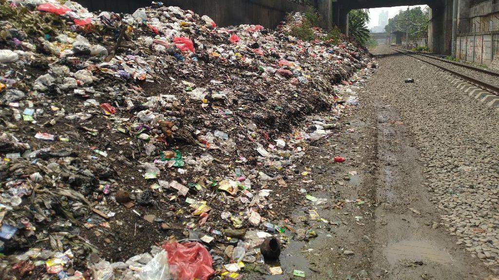 Lurah Minta Bantuan Swasta Angkut Sampah Samping Rel Citeureup