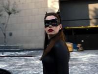 Anne Hathaway Beri Zoe Kravitz Selamat Jadi Catwoman