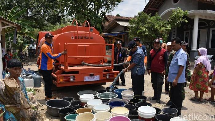 Distribusi air bersih di Dusun Bantul Wetan, Desa Kesesi, Kecamatan Kesesi, Kabupaten Pekalongan, Rabu (16/10/2019). Foto: Robby Bernardi/detikcom