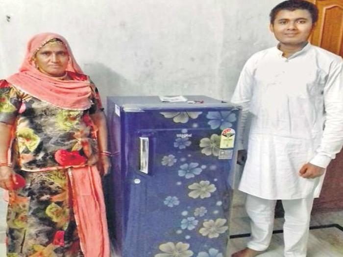 Ram Singh membelikan ibunya kulkas dengan uang receh hasil menabung. Foto: Dok. DBPost