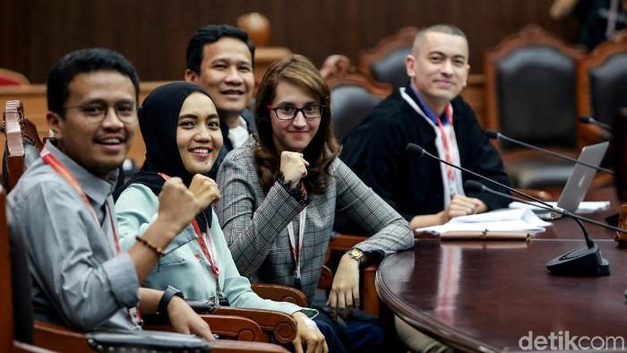 Faldo dan Tsamara bersama penggugat UU Pilkada lainnya. (Ari Saputra/detikcom)