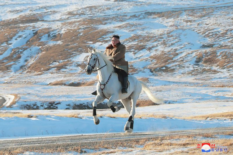 Belum lama ini, Korean Central News Agency (KCNA) memunculkan foto-foto Kim Jong Un sedang berkuda di Gunung Paektu. Sosok Kim dengan gagahnya menunggangi seekor kuda putih berlatar belakang dataran bersalju (Korean Central News Agency/Korea News Service via AP)