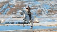 Aksinya menunggang kuda di Gunung Paektu menandai peristiwa besar yang sangat penting dalam sejarah revolusi Korea, sebut KCNA dalam artikelnya.Foto: Korean Central News Agency/Korea News Service via AP