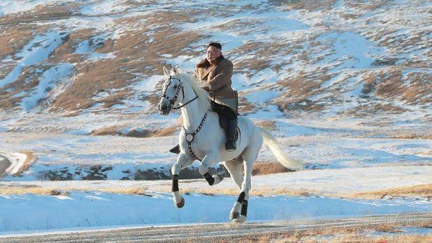 Kim Jong-Un menunggang kuda putih di Gunung Paektu