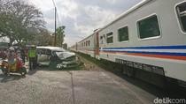 Sebuah Truk dan MPV Tabrakan di Perlintasan Kereta Api Tulungagung