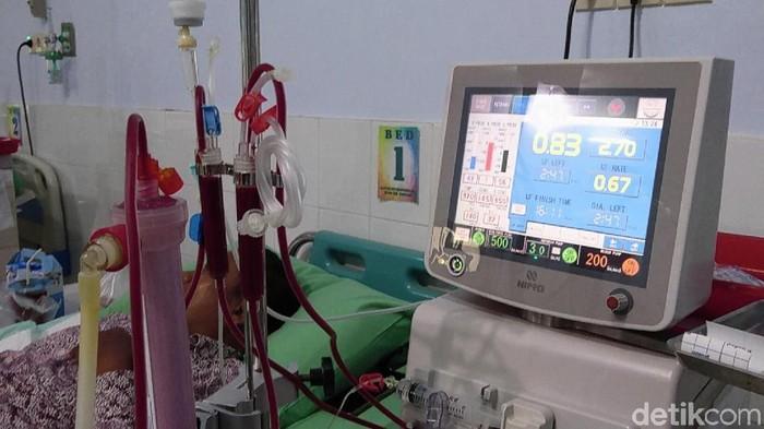 Cuci darah dilakukan dua kali seminggu. (Foto: Adhar Muttaqin)