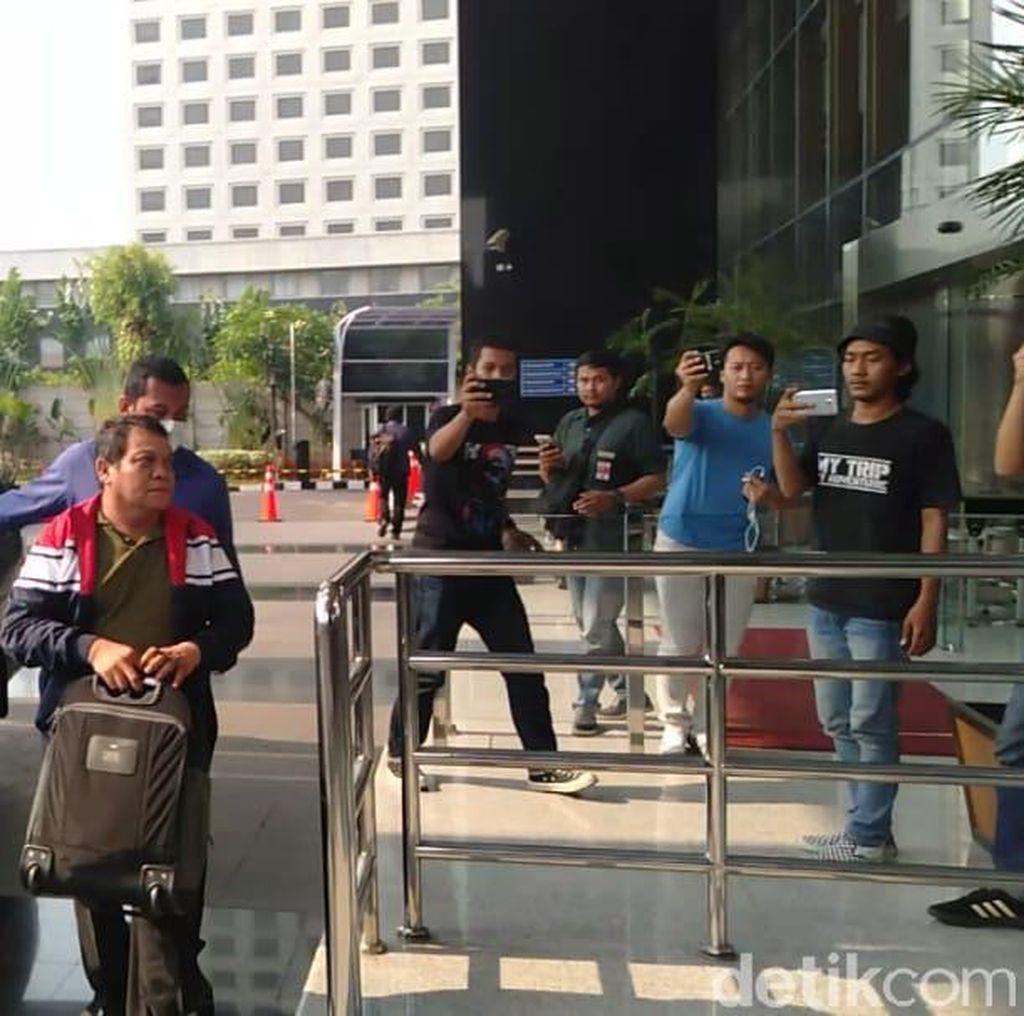 Sambil Bawa Koper, Kadis PU Medan yang Kena OTT Tiba di KPK